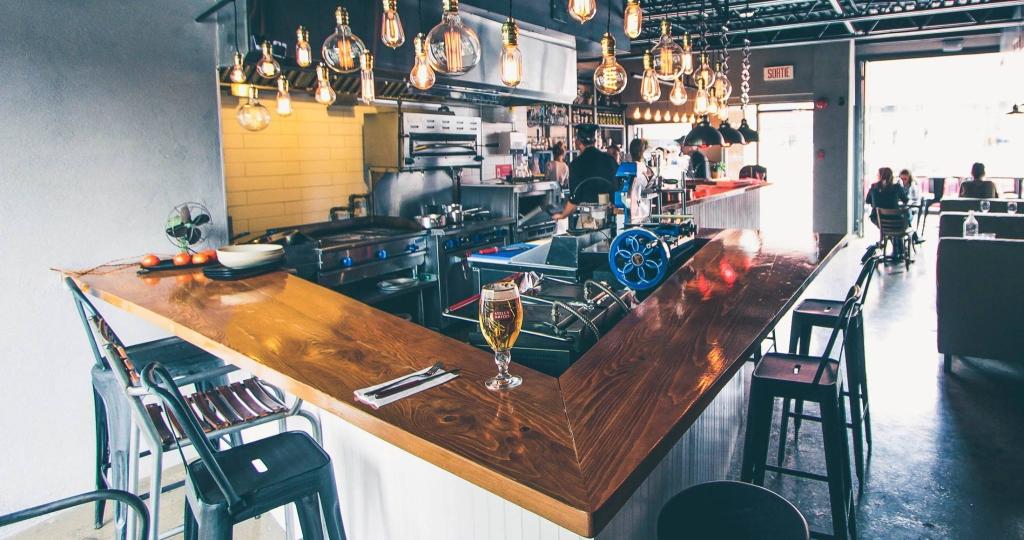 Comptoir bar avec vue sur la cuisine ouverte, photo par Le Bon Vivant